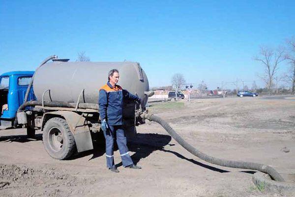 Процесс откачки отходов ассенизатором