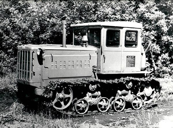 Трактор ДТ-54 имел дизельный двигатель мощностью 54 л.с.