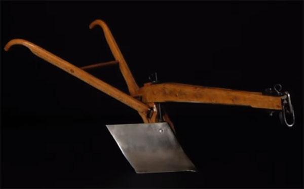 Первый стальной плуг производства John Deere