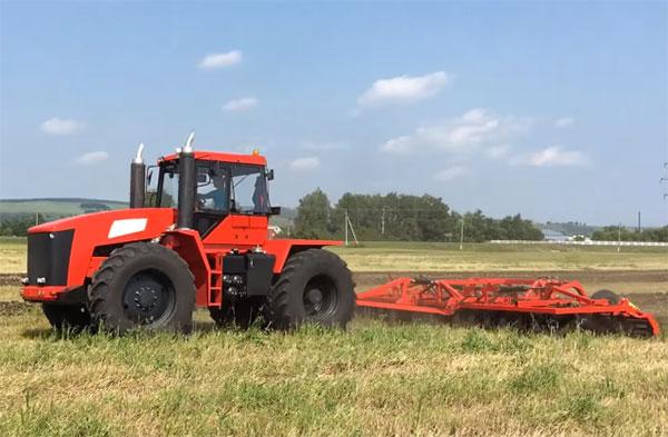 Трактор Т-360 с навесным оборудованием в работе